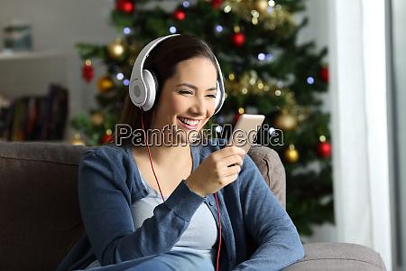 chica escuchando musica en navidad en