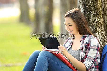 estudiante viendo contenido multimedia en una