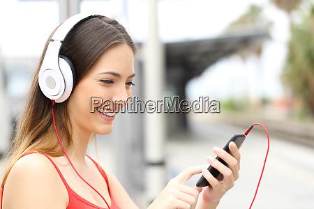mujer escuchando y eligiendo musica en