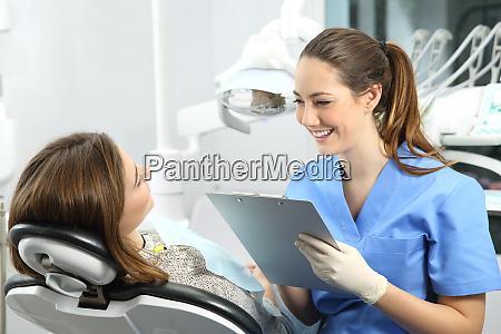 dentista con historial medico preguntando a