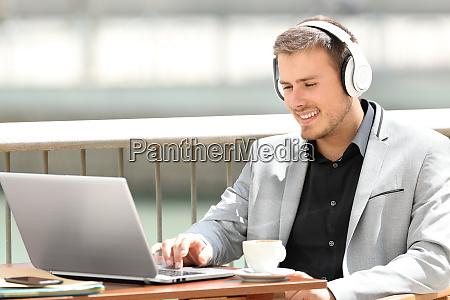 ejecutivo trabajando en linea en una