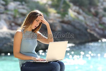 mujer preocupada que revisa la informacion