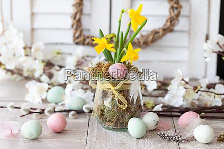 los narcisos frescos y los huevos