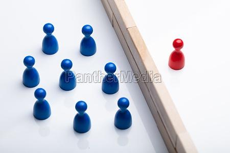 peon de figura rojo y azul
