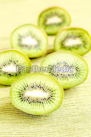 kiwifruits de seccion transversal