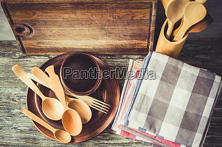 platos de ceramica cubiertos de madera