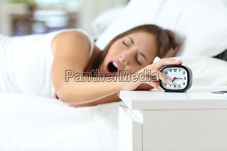 mujer bostezando en el despertar apagando