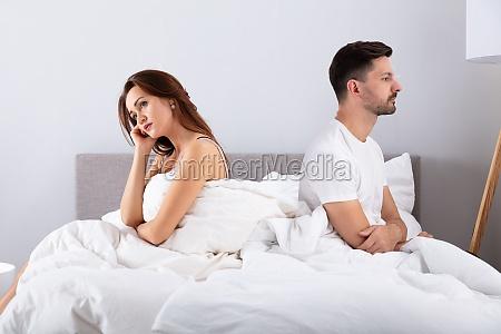 pareja casada desesperada sentada en la