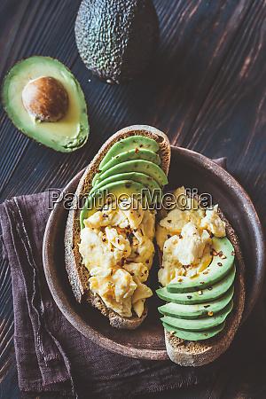 sandwiches con aguacate y huevos revueltos
