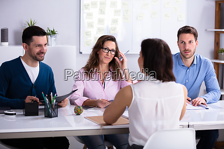 empresaria en entrevista de trabajo