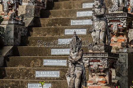 escaleras y esculturas en un complejo