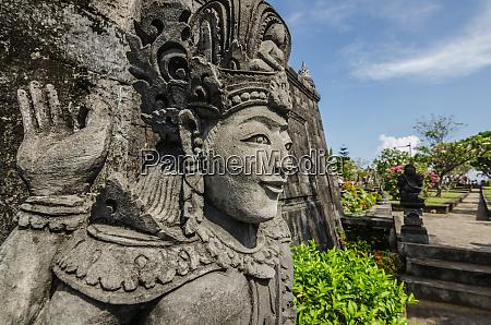 estatua en el templo budista en