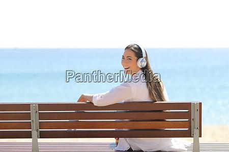 mujer feliz escuchando musica en la