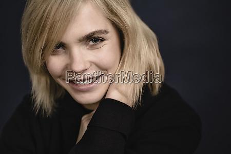 retrato de mujer joven rubia sonriente