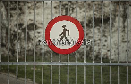 signo de prohibicion para peatones en
