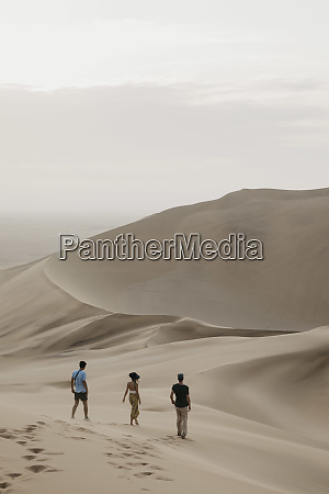 namibia namib tres amigos caminando por