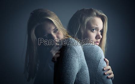 mujer joven que sufre de una