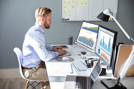 empresario analizando grafico en portatil