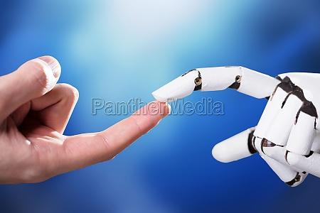 robot tocando el dedo indice del