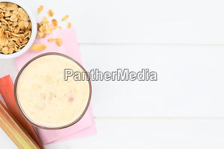 rhubarb and yogurt smoothie