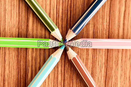 crayons pointing to center symbolical image