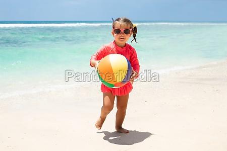 ball strand maedchen portraet sommer urlaub
