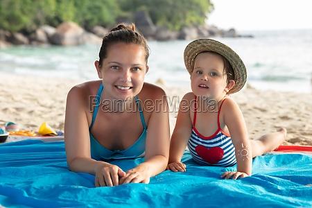 strand bikini frau dame entspannend mutter