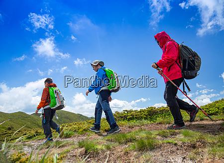 madre y dos ninyos caminan