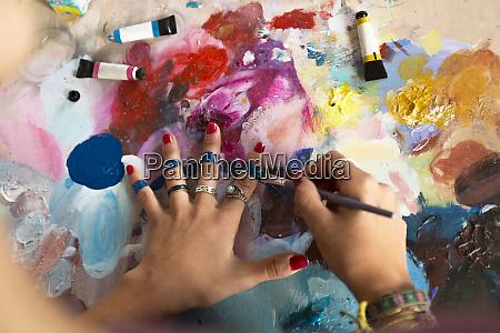 primer plano de la mujer pintando