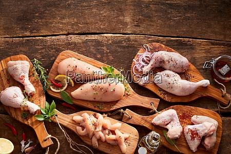 cortes variados y porciones de pollo