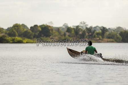 hombre, en, una, canoa, motorizada, de - 27335611