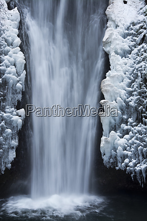 lower multnomah falls winter columbia gorge