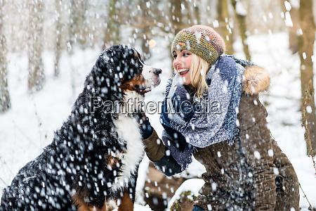 mujer paseando a su perro en