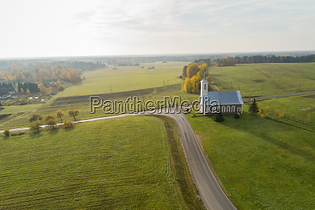 vista aerea de una iglesia aislada