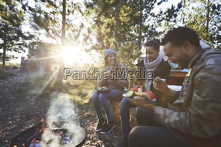 amigos, felices, comiendo, en, un, camping - 27458160