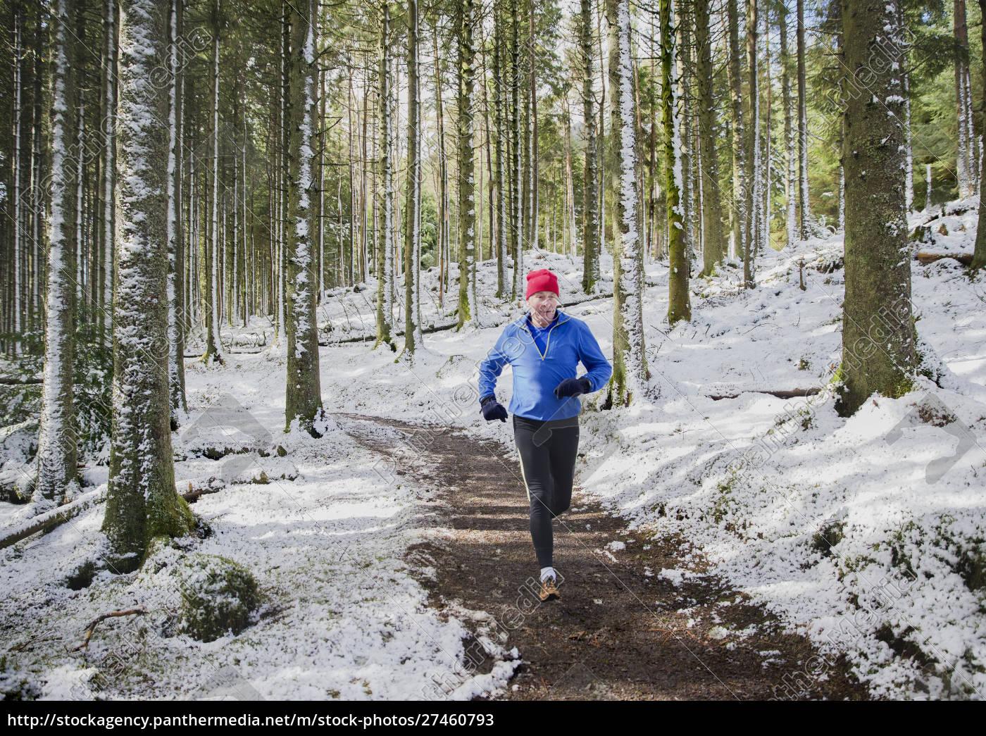 hombre, mayor, corriendo, en, bosques, nevados - 27460793