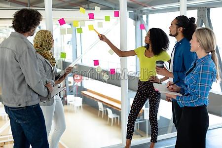 gente de negocios discutiendo sobre notas