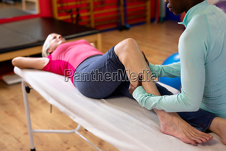 fisioterapeuta dando masaje de piernas a