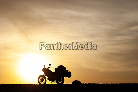 motocicleta de turismo silueta al atardecer