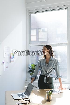 mujer de negocios de pie detras