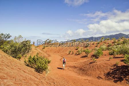 excursionista en suelo rojo agulo la