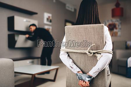 ladron buscando en los armarios victima