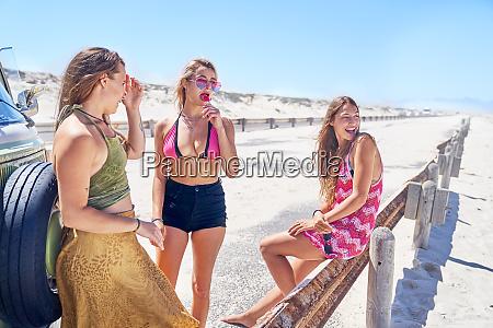 jovencitas amigas relajandose en la playa