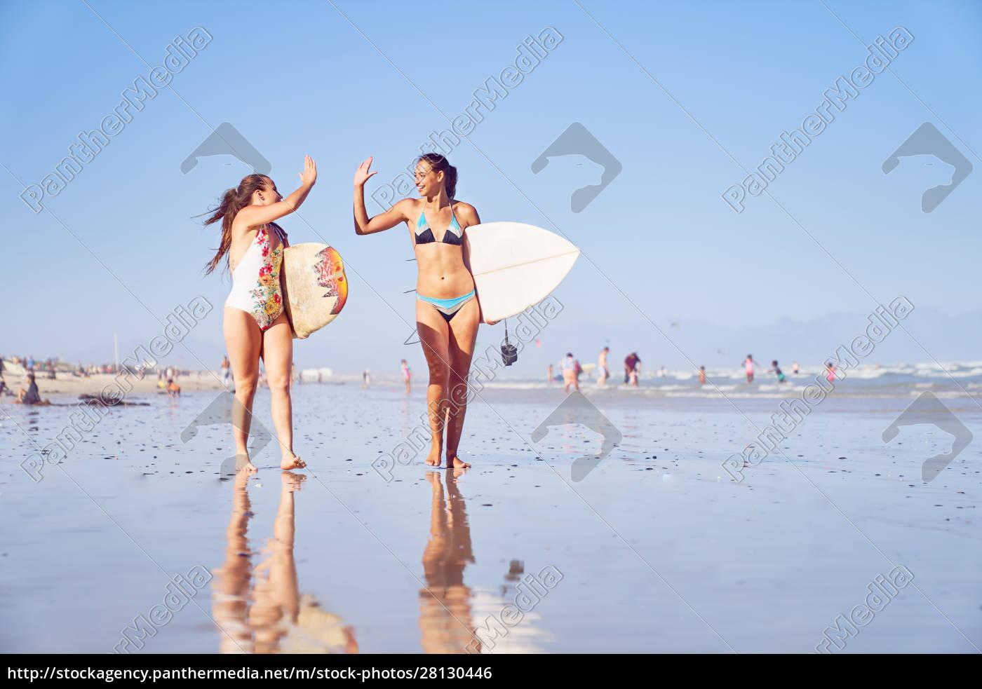 feliz, joven, surfista, amigos, alta, fiving - 28130446