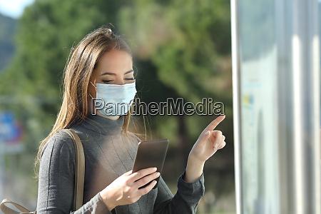 commuter con una mascara protectora revisando