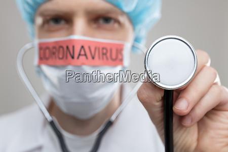 doctor con una mascara respiratoria luchando