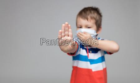 ninyo pequenyo con una mascara respiratoria