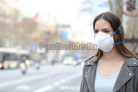 mujer con mascara protectora mirando la