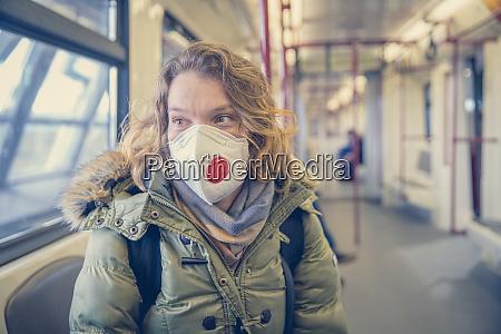 mujer en metro con respirador en