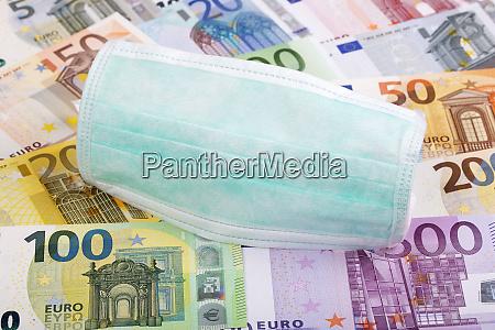 mascara protectora sobre un fondo monetario